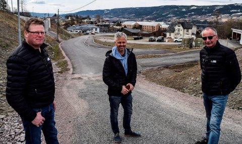 I STARTGROPA: F.v. Åge Aspelien, Mesterprosjekt AS, Eldar Sofienlund, Hov Utvikling AS, og Øistein Blekkerud, Blå Bolig., er like ved å sette spaden i jorda for første byggetrinn i Karolinelunden.