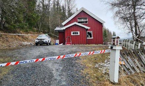 OMKOM: En mann i 30-årene ble funnet død etter en brann i dette huset i Røn mandag kveld.