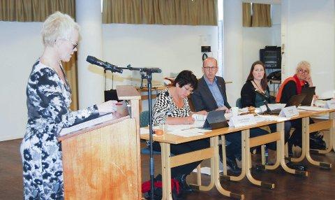 Hadde fasiten: Laila P. Nordsveen (Ap) presenterte flertallsforslaget for varaordfører Jorunn Nakken, ordfører Ola Nordal, sekretær Jeanette Karlsen og rådmann Trine Christensen. foto: Solveig wessel