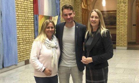 SATSER: For 2017 er det bevilget 150 millioner til tidlig innsats i skolen. Linnestad og Kaspersen er glad for at Ski og Oppegård får to millioner hver. I midten stortingsrepresentant, Henrik Asheim.