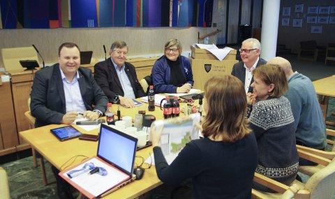 Utvalget: Ordfører Thomas Sjøvold (H), Kjell g. Pettersen (H), Merete Bellingmo (Ap), rådmann Lars Henrik Bøhler og fagleder Anne Holten (i midten med ryggen til) om Kolbotn sentrum. FOTO: VIVI RIAN