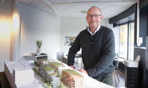 Prosjektmegeler Bjørn Skar i DNB Eiendom merker at boligmarkedet har blitt tråere. Det ble solgt ti leiligheter i Skolebakken K første salgsdag..