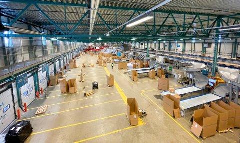 IKKE BARE BARE: Dette bildet er tatt av Postnords nye terminal på Langhus. Terminalen har 140 porter, 70 på hver side av bygget. Ny teknologi skulle gjøre jobben mer effektiv. Det har ikke nødvendigvis blitt slik.