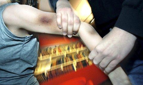 TRUET MED DRAP: Larvik-mannen (23) ble dømt for vold og trusler mot ekskjæresten.