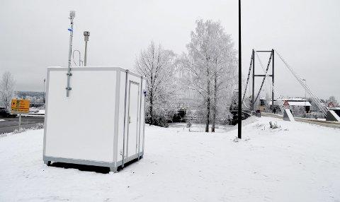 MÅLESTASJONEN: Dette er målestasjonen som skal overvåke luftforurensingen i Elverum. (Foto: Bjørn-Frode Løvlund)