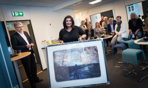 IGANG: Karriersenter Hedmark er har startet opp. Her får leder Julie Sikin Bhanji Jynge bilde på åpningsdagen av fylkesdirektør i Nav, Bjørn Lien. Foto: Jo E. Brenden