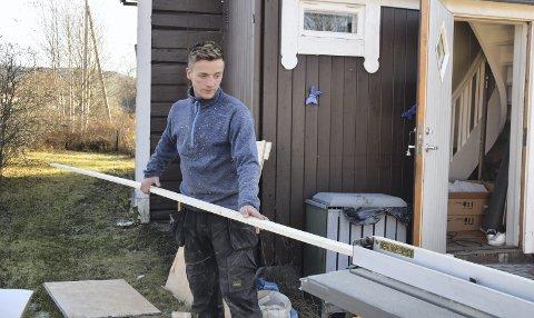I  FULL GANG: Jonas Rønning Søberg (25) fra Rendalen har trosset alle helsemessige begrensninger. Nå har han fagbrev som snekker.