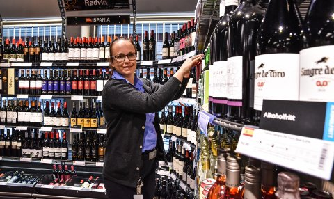 VEKSTPRODUKTER: Nina Øverby på Vinmonopolet selger mer og mer alkoholfritt.