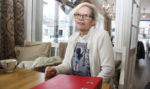 Marianne D. Abid har store deler av livet sitt samlet i permer, slik som den foran seg på bordet. Etter en hendelse på arbeid i 2007 der hun ble slått ned, har hun forsøkt seg i en rekke jobber uten å få kroppen til å fungere godt nok til å kunne forbli i jobb. Nå har Fønix, som har som sitt hovedfokus å få arbeidssøkere ut i jobb, konkludert med at Mariannes arbeidskapasitet er på tre timer i uka, som er for lavt til å være forenlig med normalt arbeidsliv. Marianne venter og venter på et svar fra NAV.