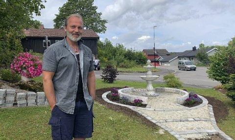 SELVLÆRT: Jostein Arnesen sin hage i Sykehusvegen kan minne om en park. Alt som er gjort her er selvlært og på eget initiativ. – Jeg gjør det først og fremst for oss som bor her, men det er veldig gøy å få hyggelige tilbakemeldinger fra naboer og forbipasserende, sier han.