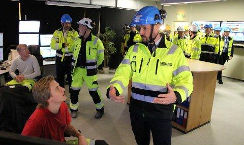 PÅ STRAK ARM: Levi Vøllestad Aakre (t.v.) ga kronprins Haakon en klar og tydelig presentasjon av arbeidet han utfører i kontrollrommet i Norcem-fabrikken.