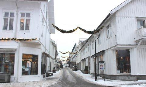 Dette bildet av Storgata i Langesund er tatt mandag formiddag. Det er ikke noe yrende handelsliv å se. Vinmonopolet har observert gjennom de siste 15 årene at handelen i Langesund er noe svekket. Etter en samlet vurdering, når derfor ikke Langesund opp som etableringssted nummer 2 i Bamble kommune nå.