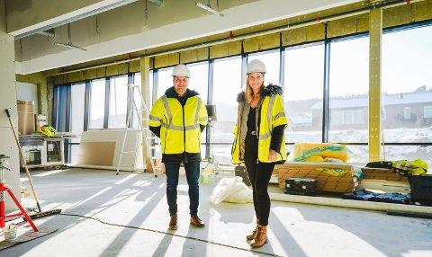 GLEDER SEG: Daglig leder Øystein Vasbø og nyansatt ingeniør i Maxbo Tekniske Tjenester, Maria Mittag, tittet opp lokalene de skal overta i neste måned. Til sammen skal de disponere 250 kvadrat, sammen med flere andre leietakere.
