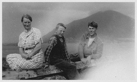 Anfinn Svendsen sammen med kona Emma og deres nevø Gunnar Edvardsen. Bildet er tatt på Røssøya før krigen.
