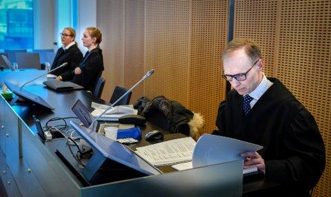 Aktor Erik Thronæs (t.h.) dro opp spørsmålet om forsett i sitt innledende foredrag. Bistandsadvokatene i saken fulgte den første dagen av rettssaken uten bemerkninger.