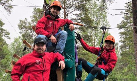 Gleder seg til åpning og sommer med mye besøk. André Kristoffersen til venstre, Torstein Leikvam i midten på plattformen og Ronja Kristensen i zipline.