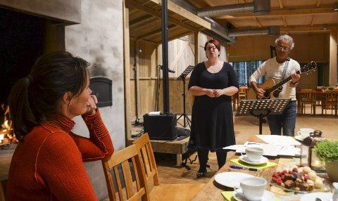 JULESTEMNING: Hogne Moe og Kristine Lundsbakken skaper julestemning i Prøysenstua. Daglig leder Marie Beate Rise og pressen fikk en smakebit av programmet. Foto: Jan Rune Bakkelund