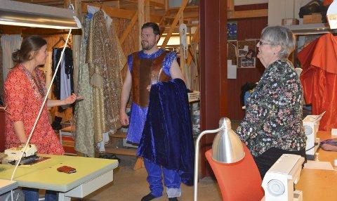 Flott: Alexander Nohr spiller Aeneas og prøver kostymene han skal bruke. Anne Gotaas (t.v.) og Inger Jevanord som lager kostymer vurderer klærne og sjekker at de sitter og ser ut som de skal i Brenneriet. – Det er et flott kostyme. Jeg liker dette, sier han.