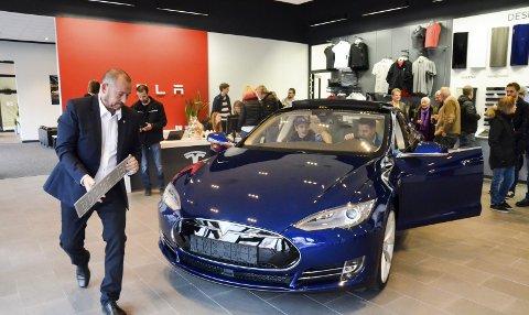 Øker: Aldri har det blitt registrert flere personbiler, og i Hedmark var det Tesla som hadde den desidert største økningen. Hele 111 prosent økte salget i Hedmark med fra 2016 til 2017. Dette bildet er fra åpningen av Tesla i Brumunddal i 2015. Arkiv