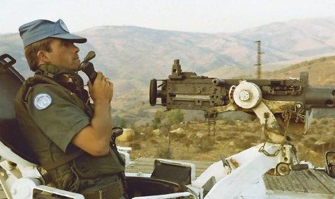 Tjeneste i Libanon: ET bilde mange UNIFIL-soldater kjenner seg igjen i. På oppdrag i Libanon. Bildet viser NK i kompani B i NORBATT VIII Arne Hagtvedt på oppklaring etter skuddveksling i oktober 1982. Frank Magnes fra Moelv har nå samlet en rik historie fra tiden hvor norske soldater tjenestegjorde i Libanon. – Et av mine motiv for å skrive boka er at en veteran skal kunne si til familie og venner og si: «Les boka. Sånn var det i Libanon!». Boka er bygget opp med nær 50 hendelser fra Libanon gjennom de 20 årene norske soldater var der. Foto: Knut Sørby.