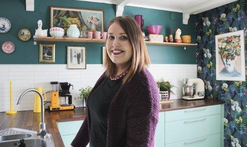 Fargeglad: Maria Gustavsen er utrolig glad i interiør. Kjøkkenet, med turkise fronter, er et av rommene i huset hun er mest fornøyd med. Tidligere var veggene beige, men det ble hun fort lei av. Da tok hun malerkosten fatt, og kjøkkenet fikk ny tapet. – Jeg skjønner at ikke alle ville hatt det slik hjemme, sier hun.