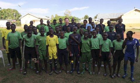 Midtpunkt: Tre måneders praksis som trener og leder på Ugandas eneste fotballakademi ble virkelig en innholdsrik opplevelse for modølen Erlend Holmlund. På Ugandas eneste fotballakademi har han lært mye han ikke kunne opplevd noen andre steder denne sommeren. Fotballakademiet «Fotball for good» kan det for øvrig leses mer om på nett. Foto: privat