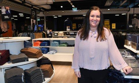 Butikksjef med hjerte for United: Monica Thoresen har vært butikksjef ved Dressmann i Pakgården siden 2008. Kvinnen fra Brumunddal er lidenskapelig opptatt av Manchester United.
