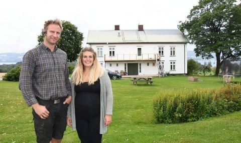 Trives på gard: Lars og Christina Blakstad tok over Helgeby gård på Nes i 2015.