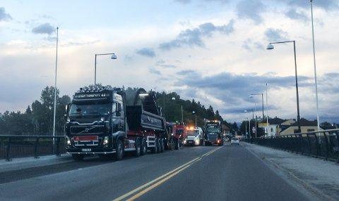 Bybrua får ny asfalt. Mandag kveld ble trafikken manuelt dirigert.