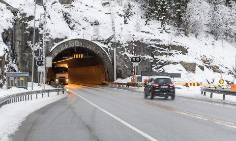 Merket: Om tunnelen er stengt merkes det godt med røde lys og bommen går ned.