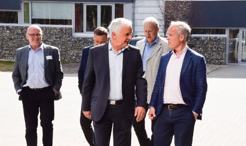 BENYTTET SJANSEN: Ola Tronrud benyttet sjansen til å ta opp båndlegging av veitraséer med statsråd Jan Tore Sanner (H).