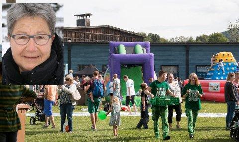 SAMLER INN: – Folk må bare stole på at jeg er en ærlig person, sier Jorun Bråthen (innfelt), som samler inn penger til aktivitetsbånd til flytningbarn som ikke har råd til Randsfjordfestivalen.