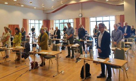 ÆRET: Et preget kommunestyre hedret avdøde tidligere ordfører Kjell B. Hansens minne med et minutts stillhet. Politikerne var for anledningen samlet på Klækken Hotell.