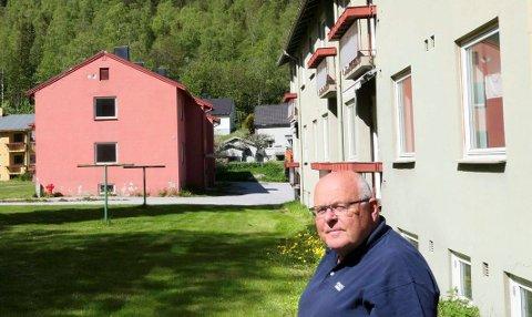 Gunnar Undersrud ved pensjonistboligene på Bjørkhaug