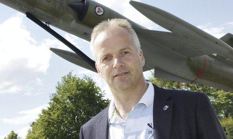 I GODT HUMØR: Willy Kvilten (52), til daglig oberst, tror han blir valgt inn i kommunestyret og er optimist når det gjelder mulighetene til å vinne valget og overta ordførerklubba. FOTO: kjell AASUM