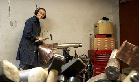 KUNSTNER I ARBEID I SMIA: I smia på Blaker skanse banker og smir Sofia Karyofilis metall til skulpturer. FOTO: ELISABETH JOHNSEN