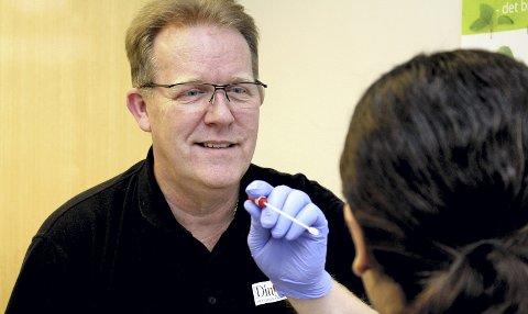 CELLEPRØVE: Celleprøven som Thor Helge Bergan tar fra pasientens munnhule skal sendes til England for analyse. Foto: Torstein Davidsen