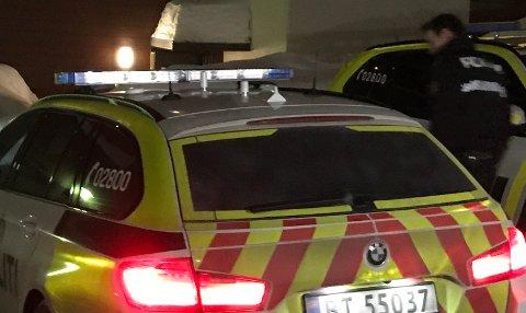 UNDERSØKELSER: Politiet er på stedet natt til søndag og gjennomfører undersøkelser. FOTO: ESPEN BØRRESTUEN