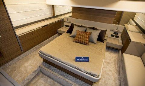 Luksus: Feretti Yachts 450 til 10–11 millioner er som en hytte på sjøen. Det er soveplass til seks personer, et stort og romslig dekk med integrert sofa og bord. alle foto: Tom Gustavsen