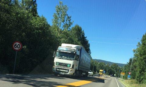 Punktert trailer skapte problemer på Kompveien fredag.