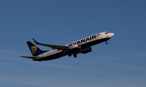 Et Ryanair-fly på vei til Stansted flyplass, London, tar av fra Torp lufthavn.