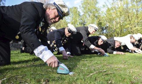 Dugnad: Som alltid begår Magne Svanevik og resten av herrene i Hvalkjæften dugnad i forkant av 17. mai. Nå har de klippet og frisert gresset på festplassen i Preståsen. Foto: Flemming H. Tveitan