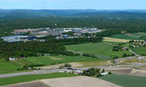 BORGESKOGEN: Øst for dagens næringsarealer på Borgeskogen i Stokke planlegger Format Eiendom utbygging på et 150 mål stort areal. Området ligger til høyre for næingsbyggene midt på bildet. E18 i forgrunnen.