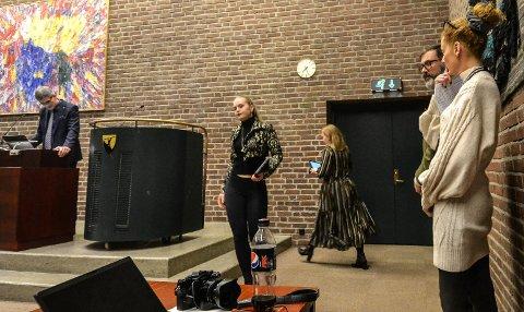 TYDELIG: Lise-Marie Sommerstad (Sp, i midten) viser tydelig hva hun mener om forslaget fra Charlotte Jahren Øverbye (SV, til høyre). På bildet ses også ordfører Bjørn Ole Gleditsch (H), Ida Cathrine Nilsen (Sp) og Kjetil Olsen (Ap).