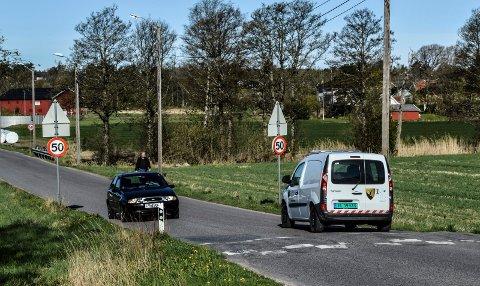 ÅRØVEIEN: Det er trangt å være fotgjenger når bilene kjører til og fra byen, her et motiv fra strekningen mellom Rovebekken og Solløkkasletta.