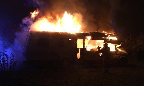 Bilen var overtent da brannvesenet kom fram.