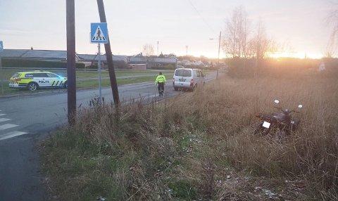 En varebil og en ATV har kollidert på Tune. (Foto: Tobias Nordli)