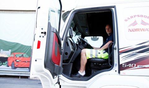 OVERSIKT: Frode Risbakken sitter høyt over personbilene i sitt førerhus, bak rattet i et kjøretøy som er nær 20 meter langt og kan veie 50 tonn når det er fullastet. Foto: Morten Abrahamsen / NTB