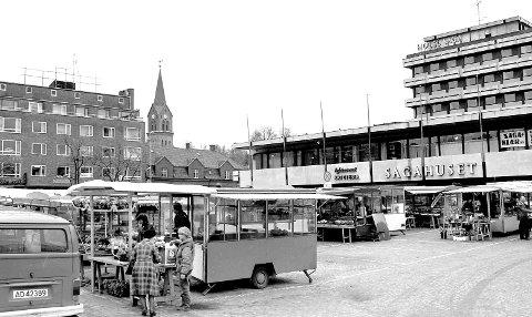 Sagahuset, og Hotel Saga, var allerede blitt ett tiår gamle da 1980-tallet sto for døren. På torget var det som alltid livlig aktivitet og handel, noe som ikke så ut til å la seg dempe veldig av det nye kjøpesenteret. Bildet viser en dag i 1982. (Foto: Jarl M. Andersen)
