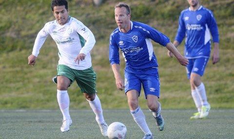 PÅ HELL: Erlend Brandsrud har denne sesongen vært spillende trener i Hærland i 5. divisjon. Nå er han en av flere som trolig gir seg i Hærland. Her i treningskamp i vinter mot Mysen og Shaker Jaghori. ARKIVFOTO
